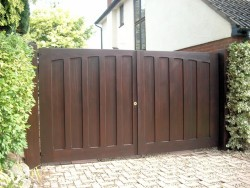 Wooden driveway entrance gate pair - Henley H7