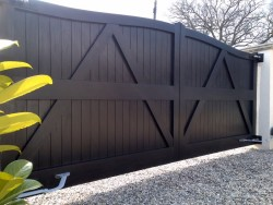 Painted reverse wooden driveway gate - Henley H2A