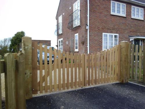 Concave wooden entrance gate - Palisade 5