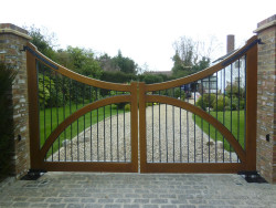 Concave wooden gate with steel spindles - Balmoral A1