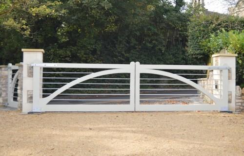 Winchester-hardwood-driveway-gate-white